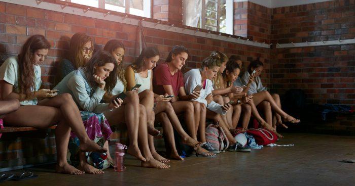 8 de cada 10 adolescentes peruanos chequean su celular antes de levantarse de la cama
