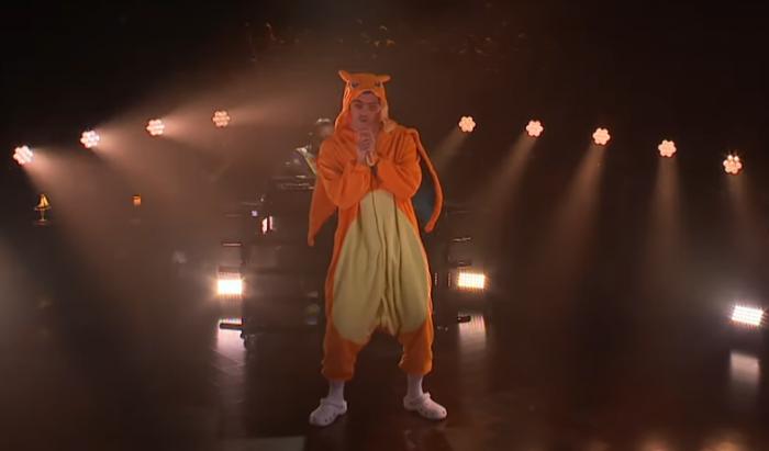 Bad Bunny se presenta en televisión con traje de Charizard
